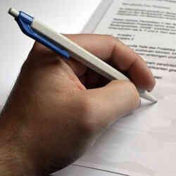 Linke Hand mit Stift - linke Händigkeitsdynamik